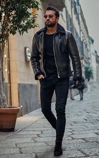 Schwarze Lammfelljacke kombinieren: trends 2020: Paaren Sie eine schwarze Lammfelljacke mit dunkelblauen engen Jeans für ein sonntägliches Mittagessen mit Freunden. Schwarze Chelsea Boots aus Wildleder bringen klassische Ästhetik zum Ensemble.