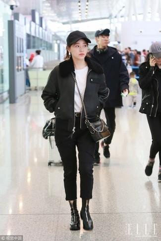 Wie kombinieren: schwarze Lammfelljacke, weißes T-Shirt mit einem Rundhalsausschnitt, schwarze Jeans, schwarze Leder Stiefeletten