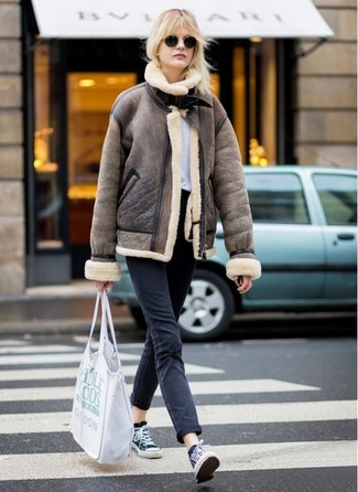 Wie kombinieren: braune Lammfelljacke, weißes T-Shirt mit einem Rundhalsausschnitt, schwarze Jeans, schwarze und weiße Segeltuch niedrige Sneakers