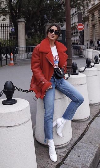 Paaren Sie eine rote lammfelljacke mit blauen jeans von Paige für ein bequemes Outfit, das außerdem gut zusammen passt. Weiße elastische stiefeletten putzen umgehend selbst den bequemsten Look heraus.