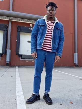 Weißes und rotes horizontal gestreiftes T-Shirt mit einem Rundhalsausschnitt kombinieren – 500+ Herren Outfits: Für ein bequemes Couch-Outfit, kombinieren Sie ein weißes und rotes horizontal gestreiftes T-Shirt mit einem Rundhalsausschnitt mit blauen Jeans. Fügen Sie schwarzen klobigen Leder Derby Schuhe für ein unmittelbares Style-Upgrade zu Ihrem Look hinzu.