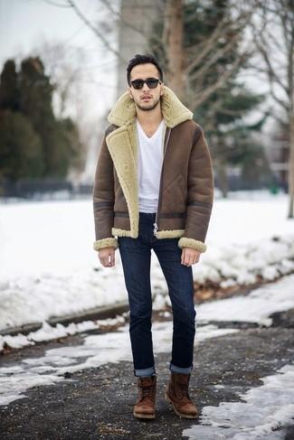 Wie kombinieren: braune Lammfelljacke, weißes T-Shirt mit einem V-Ausschnitt, dunkelblaue Jeans, braune Lederfreizeitstiefel