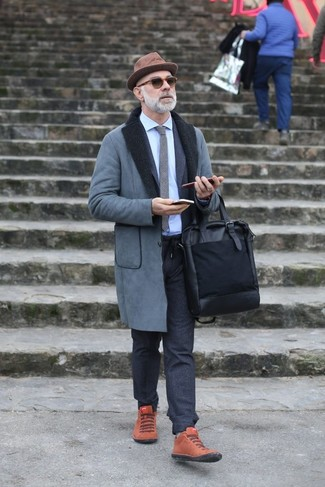 Wie kombinieren: grauer Lammfellmantel, dunkelgrauer Wollanzug, hellblaues Businesshemd, rotbraune hohe Sneakers aus Wildleder