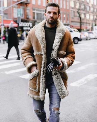 Wie kombinieren: beige Lammfellmantel, olivgrüner Strick Pullover mit einem Rundhalsausschnitt, blaue enge Jeans mit Destroyed-Effekten, schwarze Lederhandschuhe
