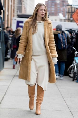 Wie kombinieren: beige Lammfellmantel, weißer Pullover mit einem Rundhalsausschnitt, weißer Wollmidirock, beige kniehohe Stiefel aus Leder