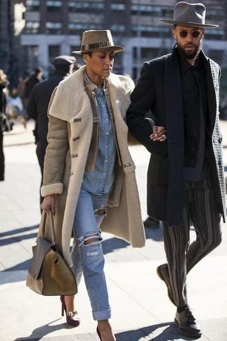 Wie kombinieren: beige Lammfellmantel, beige Leder Bomberjacke, hellblaues Jeanshemd, hellblaue Boyfriend Jeans mit Destroyed-Effekten