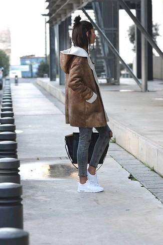 Braunen Lammfellmantel kombinieren: trends 2020: Die Kombination aus einem braunen Lammfellmantel und dunkelgrauen engen Jeans mit Destroyed-Effekten schafft die richtige Balance zwischen einfachem Trend-Look und modischem Aussehen. Wenn Sie nicht durch und durch formal auftreten möchten, wählen Sie weißen niedrige Sneakers.