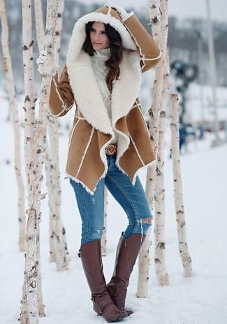 Braunen Lammfellmantel kombinieren: trends 2020: Wenn Sie einen entspannten Look zaubern müssen, bleiben ein brauner Lammfellmantel und blaue enge Jeans mit Destroyed-Effekten ein Klassiker. Fühlen Sie sich mutig? Ergänzen Sie Ihr Outfit mit dunkelbraunen kniehohe Stiefeln aus Leder.