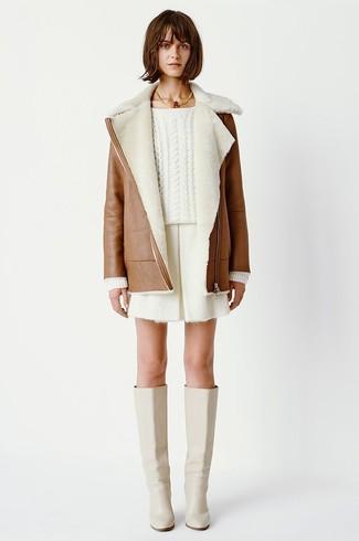 Wie kombinieren: brauner Lammfellmantel, weißer Strickpullover, weiße Shorts, hellbeige kniehohe Stiefel aus Leder