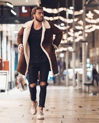 Wie kombinieren: brauner Lammfellmantel, schwarzes T-Shirt mit einem Rundhalsausschnitt, schwarze Jeans mit Destroyed-Effekten, hellbeige Sportschuhe