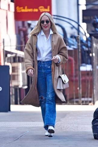 Wie kombinieren: hellbeige Lammfellmantel, weißes Businesshemd, blaue Jeans mit Destroyed-Effekten, weiße Leder Stiefeletten