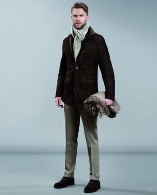 Wie kombinieren: dunkelbrauner Lammfellmantel, graue Wollanzughose, dunkelbraune Wildleder Derby Schuhe, grauer Schal