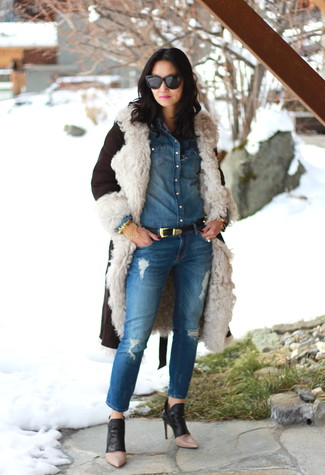 Wie kombinieren: dunkelbrauner Lammfellmantel, blaues Jeanshemd, blaue Jeans mit Destroyed-Effekten, schwarze Leder Stiefeletten