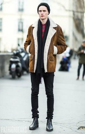 Schwarzen Schal kombinieren: trends 2020: Für ein bequemes Couch-Outfit, kombinieren Sie einen braunen Lammfellmantel mit einem schwarzen Schal. Schwarze Chelsea-Stiefel aus Leder putzen umgehend selbst den bequemsten Look heraus.
