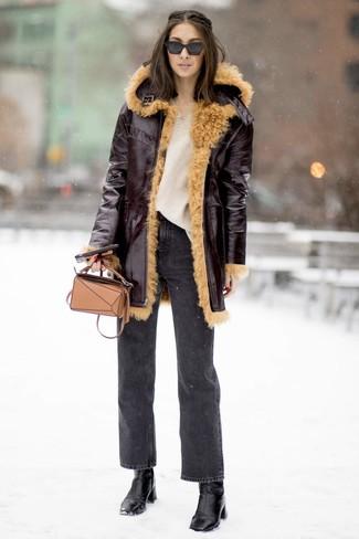 Wie kombinieren: dunkelroter Lammfellmantel, hellbeige Strick Oversize Pullover, dunkelgraue Jeans, schwarze Leder Stiefeletten