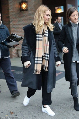 Wie kombinieren: schwarzer Lammfellmantel, hellbeige Strick Oversize Pullover, schwarze weite Hose, weiße Leder niedrige Sneakers