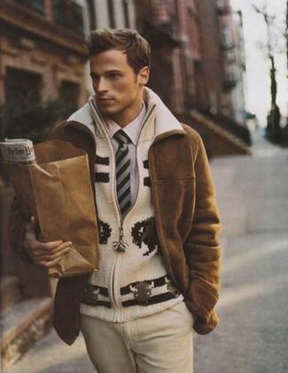 Wie kombinieren: brauner Lammfellmantel, hellbeige Strick Pullover mit einem Reißverschluß, hellviolettes Businesshemd, hellbeige Anzughose