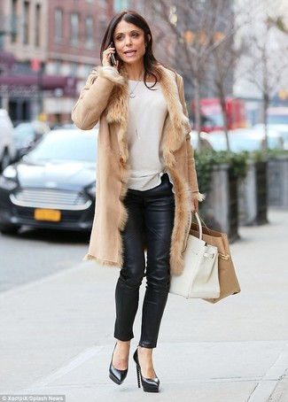 Wie kombinieren: beige Lammfellmantel, weißer Pullover mit einem Rundhalsausschnitt, schwarze enge Hose aus Leder, schwarze Leder Pumps