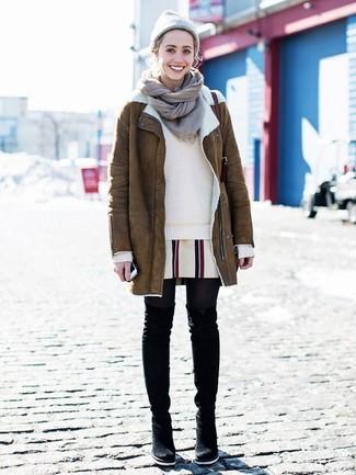 Wie kombinieren: brauner Lammfellmantel, hellbeige Pullover mit einem Rundhalsausschnitt, weißes vertikal gestreiftes gerade geschnittenes Kleid, schwarze Overknee Stiefel aus Wildleder