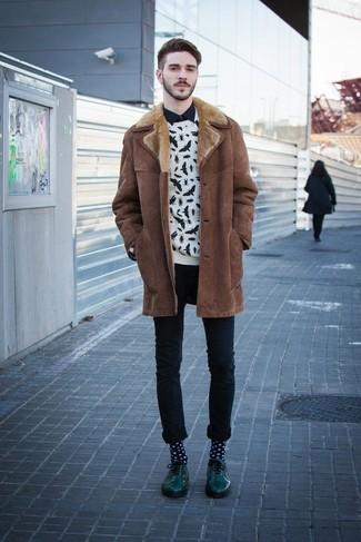 Wie kombinieren: brauner Lammfellmantel, weißer und schwarzer bedruckter Pullover mit einem Rundhalsausschnitt, schwarzes Langarmhemd, schwarze enge Jeans