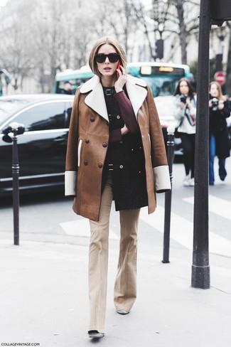 Graue Wildleder Stiefeletten kombinieren: Smart-Casual-Outfits: trends 2020: Möchten Sie ein schönes Alltags-Outfit erzielen, ist diese Kombination aus einem braunen Lammfellmantel und einer hellbeige Schlaghose ganz gut. Graue Wildleder Stiefeletten sind eine ideale Wahl, um dieses Outfit zu vervollständigen.