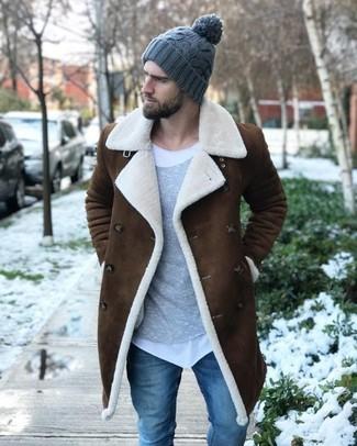 Wie kombinieren: brauner Lammfellmantel, grauer Pullover mit einem Rundhalsausschnitt, weißes T-Shirt mit einem Rundhalsausschnitt, blaue enge Jeans