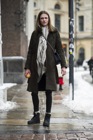 Wie kombinieren: olivgrüner Lammfellmantel, weißer Rollkragenpullover, schwarze enge Hose aus Leder, schwarze flache Stiefel mit einer Schnürung aus Leder