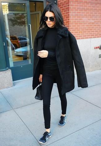 Wie kombinieren: schwarzer Lammfellmantel, schwarzer Rollkragenpullover, schwarze enge Hose, dunkelblaue Sportschuhe