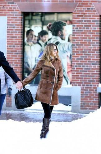 Schwarze enge Hose kombinieren: trends 2020: Wenn Sie einen edlen Casual-Look kreieren müssen, vereinigen Sie einen braunen Lammfellmantel mit einer schwarzen enger Hose. Schwarze kniehohe Stiefel aus Leder sind eine kluge Wahl, um dieses Outfit zu vervollständigen.