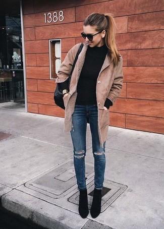 Wie kombinieren: beige Lammfellmantel, schwarzer Rollkragenpullover, dunkelblaue enge Jeans mit Destroyed-Effekten, schwarze Wildleder Stiefeletten