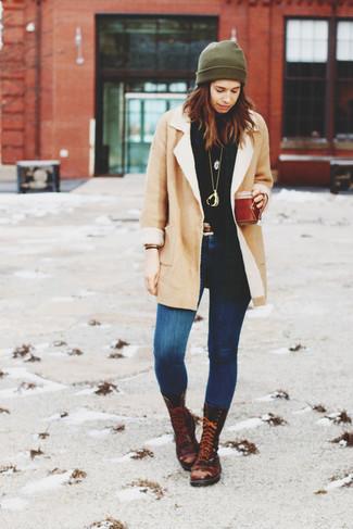 Wie kombinieren: hellbeige Lammfellmantel, schwarzer Rollkragenpullover, blaue enge Jeans, dunkelbraune flache Stiefel mit einer Schnürung aus Leder
