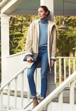 Wie kombinieren: hellbeige Lammfellmantel, hellblauer Rollkragenpullover, blaue Jeans, beige Wildleder Stiefeletten