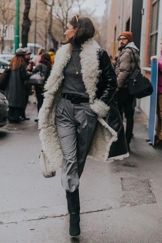 Wie kombinieren: schwarzer und weißer Lammfellmantel, dunkelgrauer Rollkragenpullover, graue Karottenhose, schwarze Wildleder mittelalte Stiefel