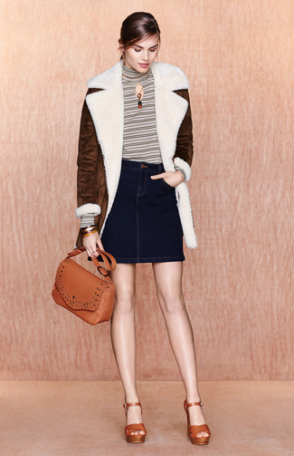 Wie kombinieren: dunkelbrauner Lammfellmantel, weißer horizontal gestreifter Rollkragenpullover, dunkelblauer Jeans Minirock, rotbraune Leder Sandaletten