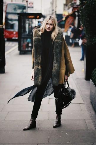 Wie kombinieren: beige Lammfellmantel, schwarzer Rollkragenpullover, dunkelbraune Leder Stiefeletten, schwarze Satchel-Tasche aus Wildleder