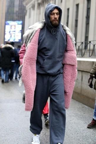 Dunkelgrauen Pullover mit einem Kapuze kombinieren – 341 Herren Outfits: Kombinieren Sie einen dunkelgrauen Pullover mit einem Kapuze mit einer dunkelgrauen Jogginghose für einen entspannten Wochenend-Look. Ergänzen Sie Ihr Outfit mit weißen und schwarzen Segeltuch niedrigen Sneakers, um Ihr Modebewusstsein zu zeigen.