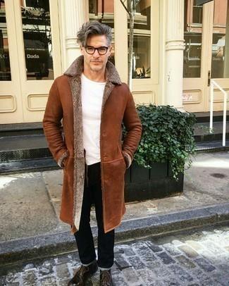 Herren Outfits & Modetrends für kalt Wetter: Tragen Sie einen rotbraunen Lammfellmantel und schwarzen Jeans, um mühelos alles zu meistern, was auch immer der Tag bringen mag. Fühlen Sie sich ideenreich? Komplettieren Sie Ihr Outfit mit einer dunkelbraunen Lederfreizeitstiefeln.