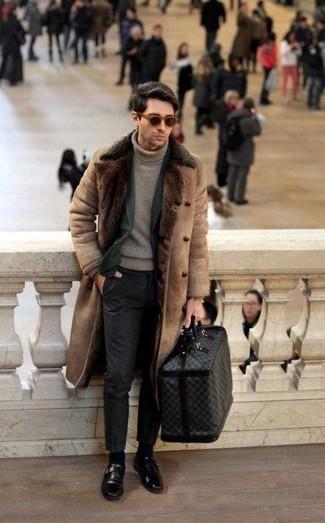 Reisetasche kombinieren: trends 2020: Für ein bequemes Couch-Outfit, entscheiden Sie sich für einen beige Lammfellmantel und eine Reisetasche. Fühlen Sie sich ideenreich? Wählen Sie schwarzen Monks aus Leder.
