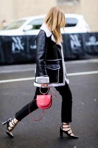 Schwarzer und weißer Lammfellmantel, Schwarze Jeans, Schwarze Leder Pumps mit Ausschnitten, Rote Leder Umhängetasche für Damen