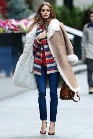 Wie kombinieren: hellbeige Lammfellmantel, weiße und rote und dunkelblaue horizontal gestreifte Strickjacke, rote Bluse mit Knöpfen, dunkelblaue enge Jeans