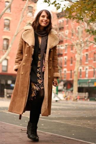 Braunen Lammfellmantel kombinieren: trends 2020: Erwägen Sie das Tragen von einem braunen Lammfellmantel und einer schwarzen Strickjacke mit einer offenen Front, umeinen tollen, legeren Look zu erhalten, der in der Garderobe der Frau auf keinen Fall fehlen darf. Vervollständigen Sie Ihr Look mit schwarzen Schnürstiefeletten aus Leder.