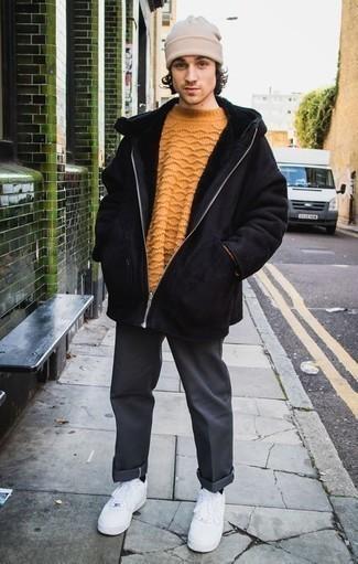 Weiße Leder niedrige Sneakers kombinieren für Winter: trends 2020: Tragen Sie einen schwarzen Lammfellmantel und eine dunkelgraue Chinohose für ein bequemes Outfit, das außerdem gut zusammen passt. Suchen Sie nach leichtem Schuhwerk? Entscheiden Sie sich für weißen Leder niedrige Sneakers für den Tag. Das Outfit ist ja mega für den Winter.