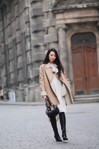 Wie kombinieren: beige Lammfellmantel, weißes Sweatkleid, schwarze enge Hose aus Leder, schwarze Schnürstiefeletten aus Leder