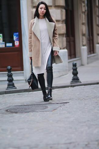 Wie kombinieren: beige Lammfellmantel, weißes Sweatkleid, schwarze Lederleggings, schwarze Schnürstiefeletten aus Leder