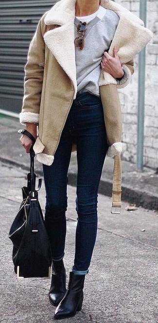 Wie kombinieren: beige Lammfellmantel, graues Sweatshirt, weißes T-Shirt mit einem Rundhalsausschnitt, dunkelblaue enge Jeans