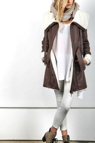Wie kombinieren: dunkelbrauner Lammfellmantel, weiße Tunika, weiße enge Hose aus Leder, braune Schnürstiefeletten aus Wildleder