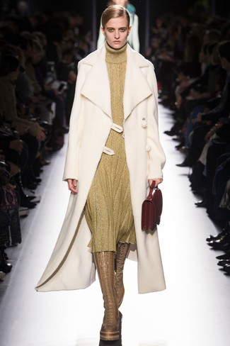 Wie kombinieren: weißer Lammfellmantel, goldenes Sweatkleid, beige kniehohe Stiefel aus Leder, rote Lederhandtasche