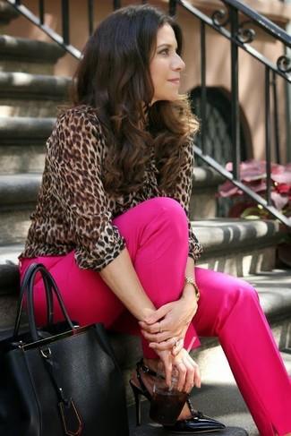 Wie kombinieren: braune Langarmbluse mit Leopardenmuster, fuchsia Anzughose, schwarze Leder Pumps, schwarze Shopper Tasche aus Leder