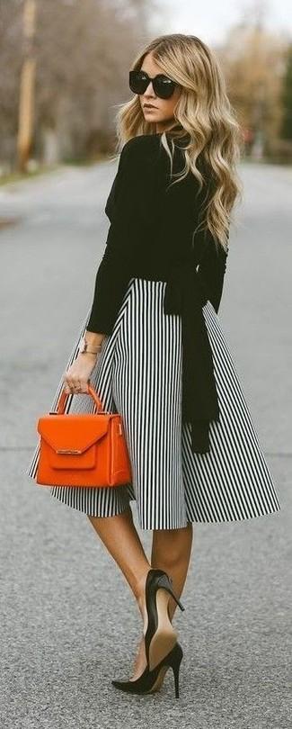 Wie kombinieren: schwarze Langarmbluse, weißer und schwarzer vertikal gestreifter ausgestellter Rock, schwarze Leder Pumps, orange Lederhandtasche