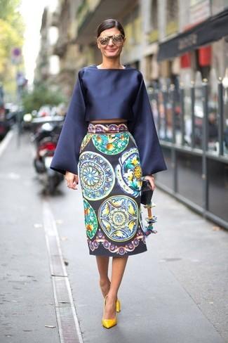 Welche Midiröcke mit gelber Pumps zu tragen: trends 2020: Probieren Sie diese Paarung aus einer dunkelblauen Satin Langarmbluse und einem Midirock, um ein müheloses Alltags-Outfit zu schaffen. Vervollständigen Sie Ihr Look mit gelben Pumps.